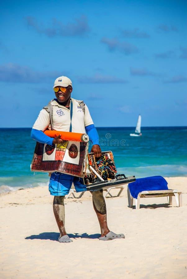 Vendedor del recuerdo en la playa foto de archivo