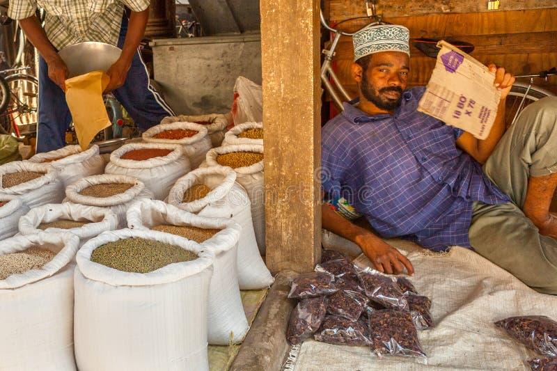 Vendedor del viejo mercado de la ciudad, ciudad de piedra, Tanzania fotografía de archivo