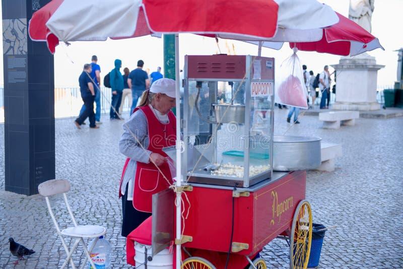 Vendedor do alimento da rua que vende o milho imagens de stock