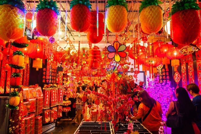 Vendedor do bairro chinês que vende lanternas e decorações do ano novo fotos de stock royalty free
