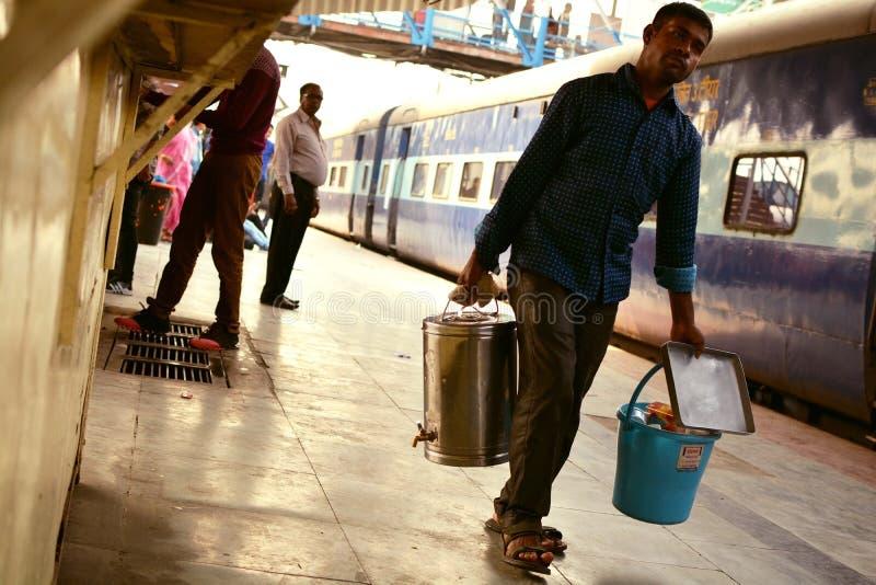 Vendedor do chá na estação de trem indiana fotografia de stock royalty free