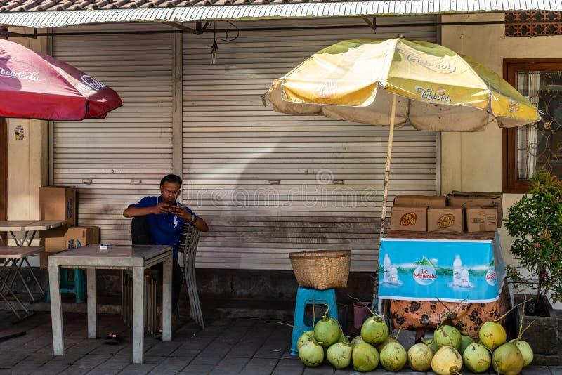 Vendedor do coco da rua em Banjar Gelulung, Bali Indon?sia imagens de stock royalty free