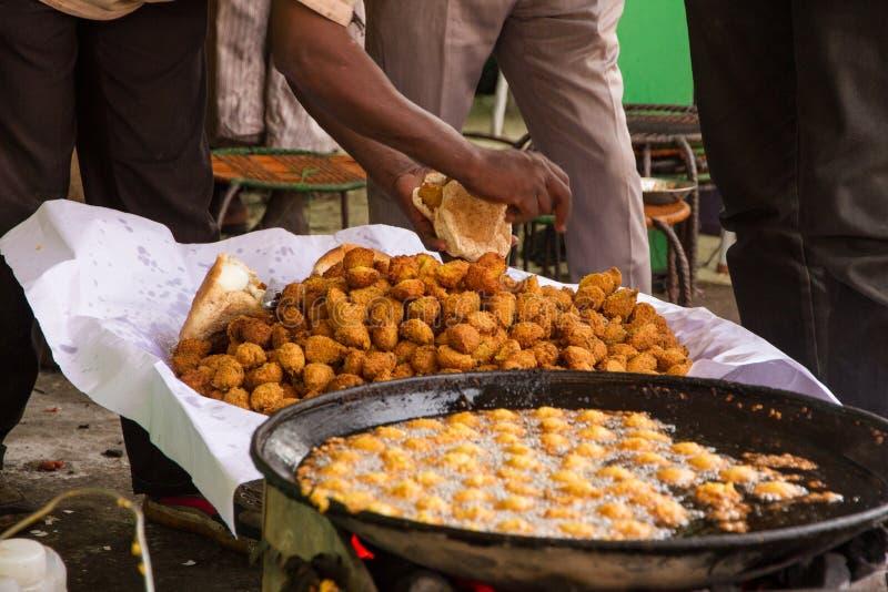 Vendedor do Falafel em um mercado em Khartoum, Omdurman Souq imagem de stock