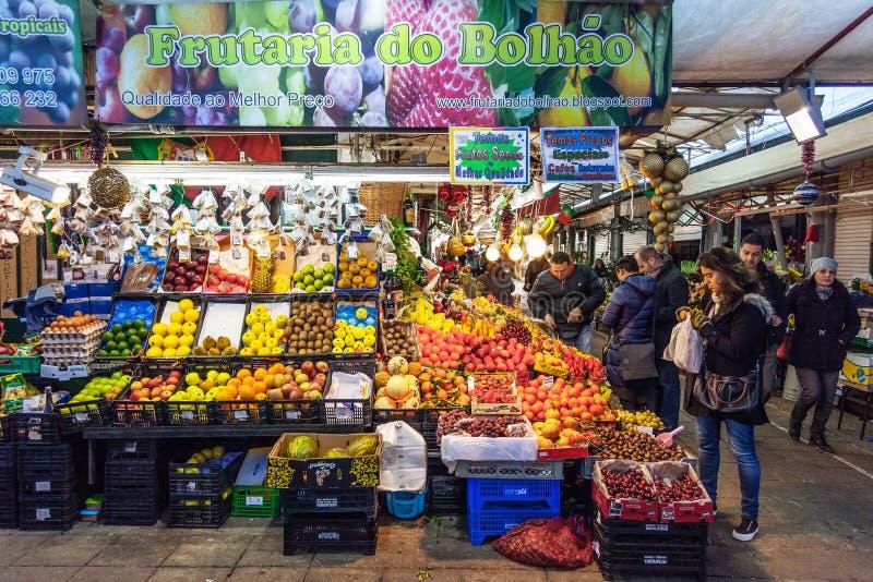 Vendedor do fruto e compradores no interior do mercado histórico de Bolhao imagem de stock royalty free