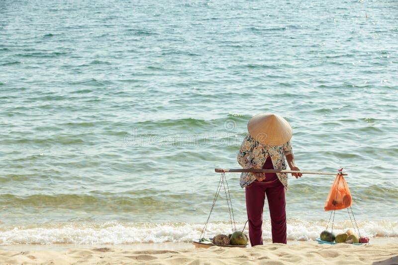 Vendedor do fruto na praia fotos de stock