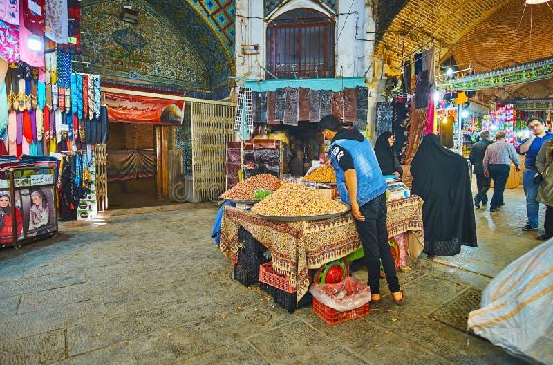 Vendedor do pistache no bazar grande, Isfahan, Irã imagens de stock