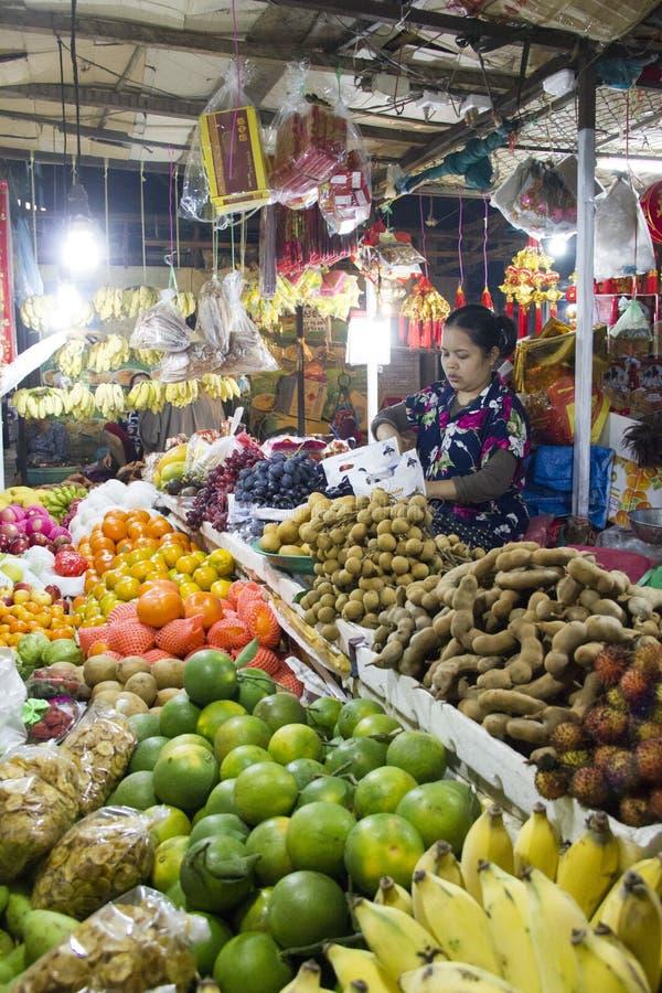 Vendedor dos frutos no mercado molhado de Siem Reap Camboja foto de stock