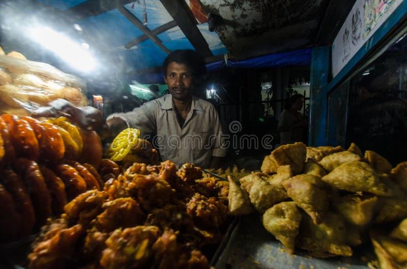 Vendedor en la noche, Nepal de Samosa imagen de archivo libre de regalías