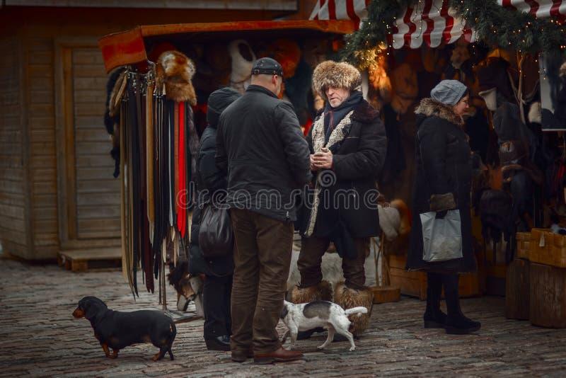 Vendedor en mercado de la Navidad de Riga