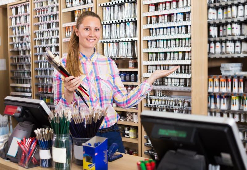 Vendedor fêmea na loja da arte imagem de stock