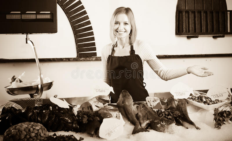 Vendedor fêmea na loja dos peixes fotos de stock royalty free