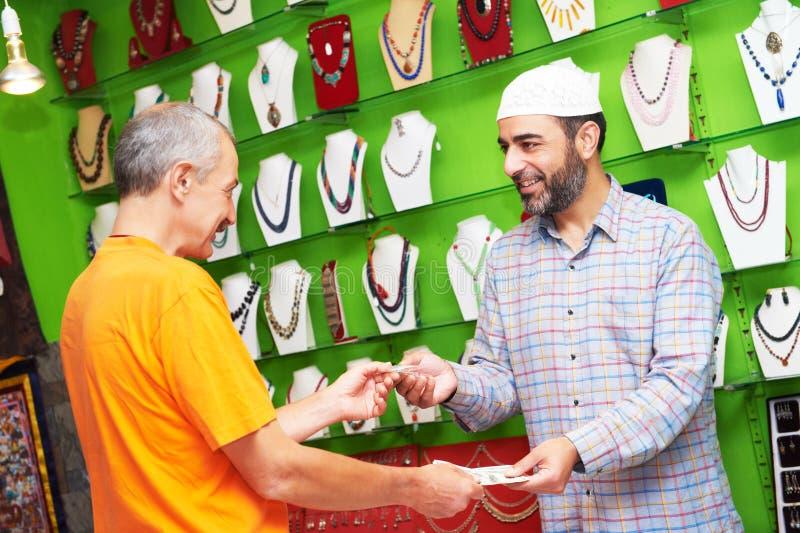 Vendedor indio del hombre con el comprador en la tienda de souvenirs imágenes de archivo libres de regalías