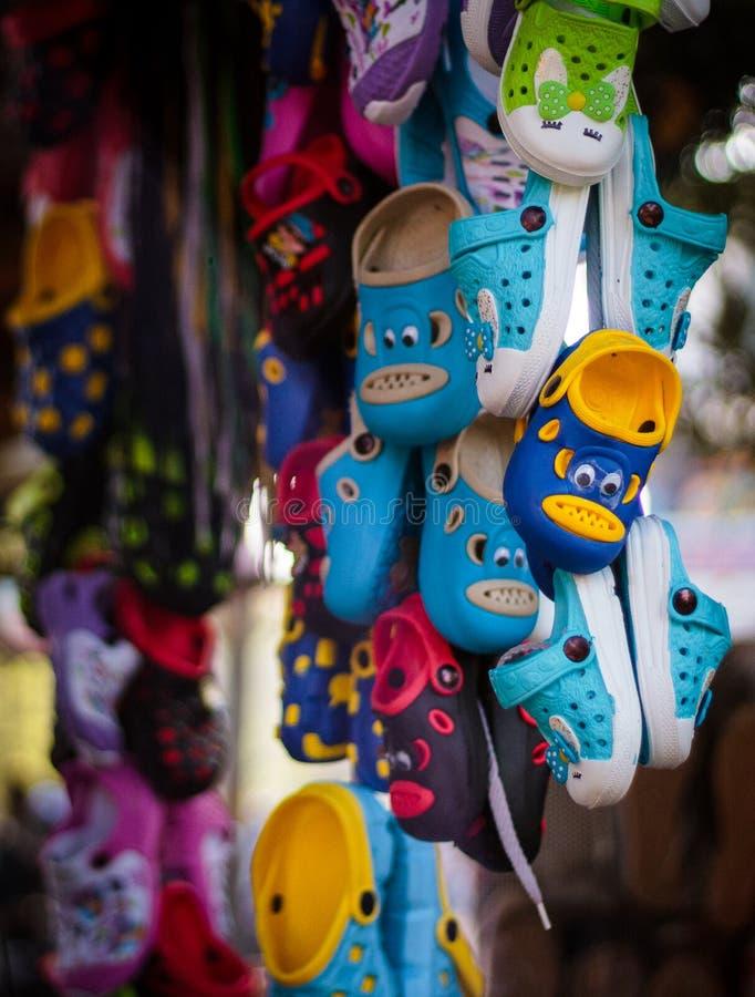 Vendedor local de los deslizadores del zapato en la India imagen de archivo libre de regalías