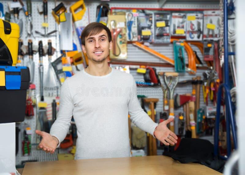 Vendedor masculino novo que levanta na seção do trabalho feito com ferramentas fotografia de stock royalty free
