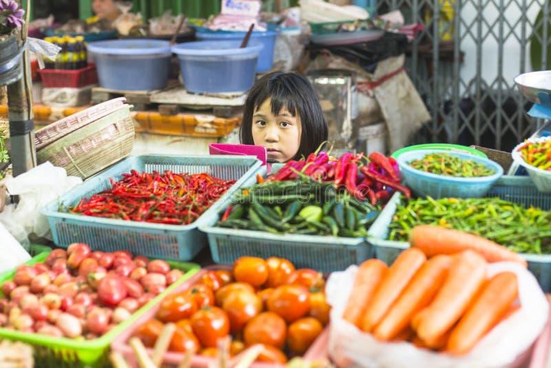 Vendedor não identificado da criança da menina no mercado de rua burmese em Banguecoque imagens de stock royalty free