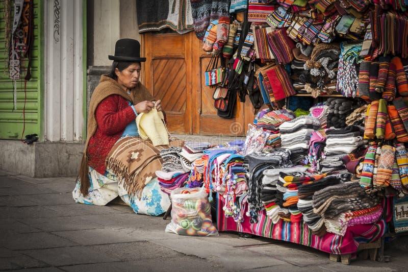 Vendedor não identificado da mulher da rua que veste a roupa tradicional no mercado local de Rodriguez, vendendo lembranças, La P fotografia de stock royalty free