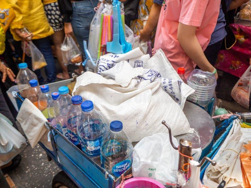 Vendedor no verão quente do dia, Wang Lang Market da água, Banguecoque, Tailândia imagem de stock