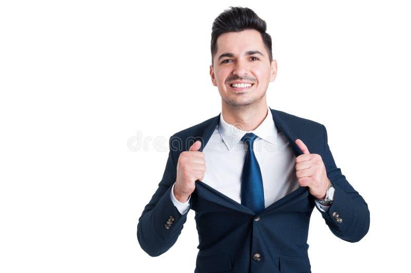 Vendedor novo poderoso e seguro que abre seu revestimento do terno fotografia de stock royalty free