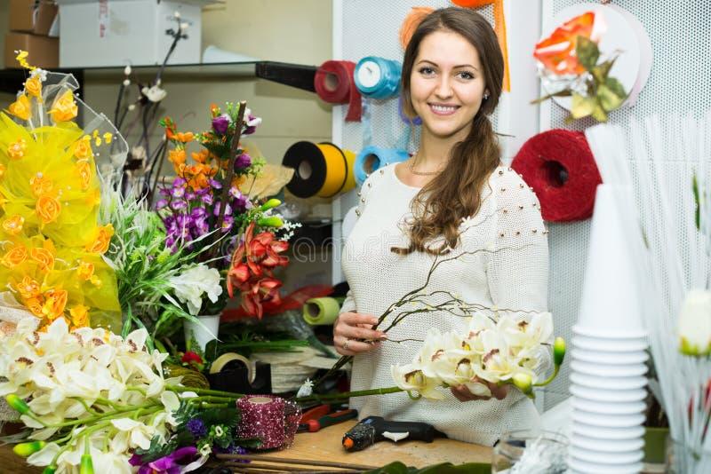 Vendedor que ajuda a escolher flores imagem de stock