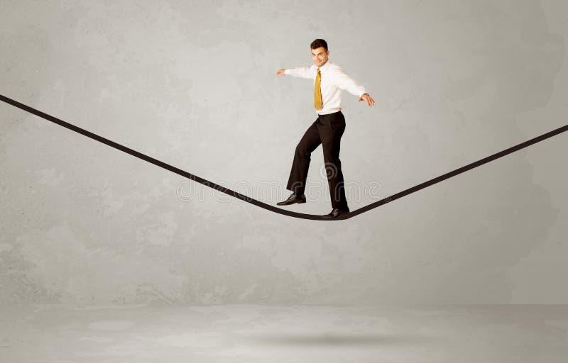 Vendedor que anda na corda no espaço cinzento fotografia de stock royalty free