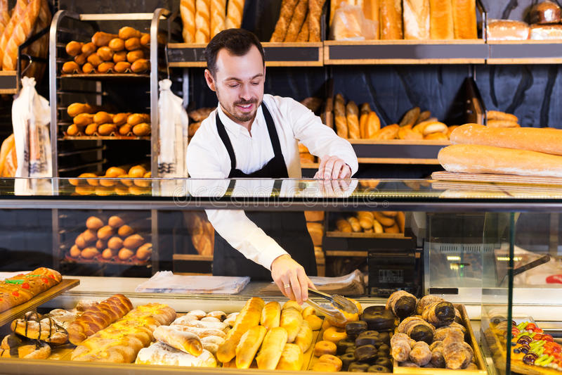 Vendedor que oferece o bolo saboroso fresco imagens de stock royalty free