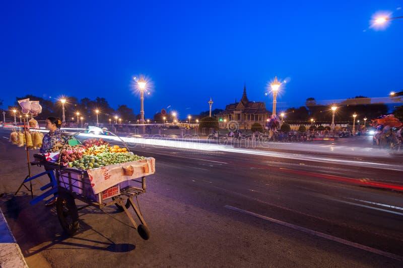 Vendedor que vende las frutas en la ciudad asiática Phnom Penh, Camboda fotos de archivo libres de regalías