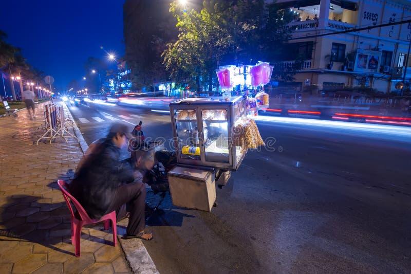 Vendedor que vende o alimento na cidade do asiático da noite Phnom Penh, Cambodia fotografia de stock