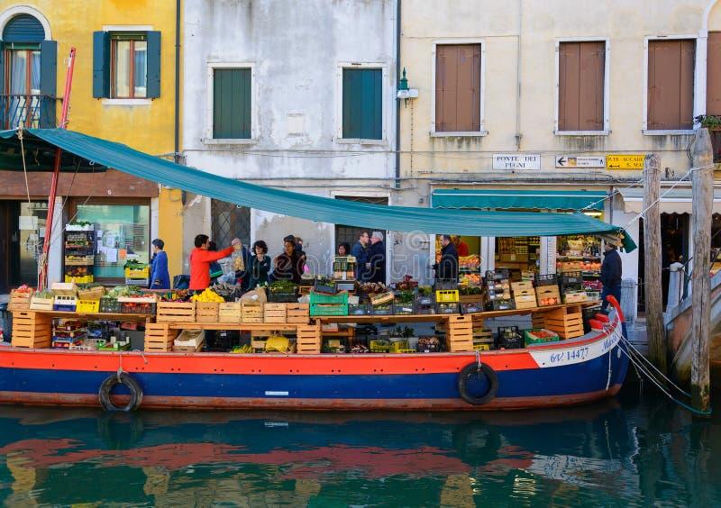 Vendedor que vende vegetais no barco em Veneza Itália fotografia de stock royalty free