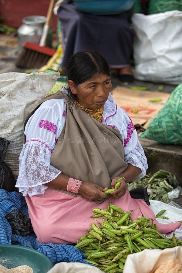 Vendedor quechua indígena en el mercado de los granjeros de Otavalo Ecuador imagen de archivo libre de regalías