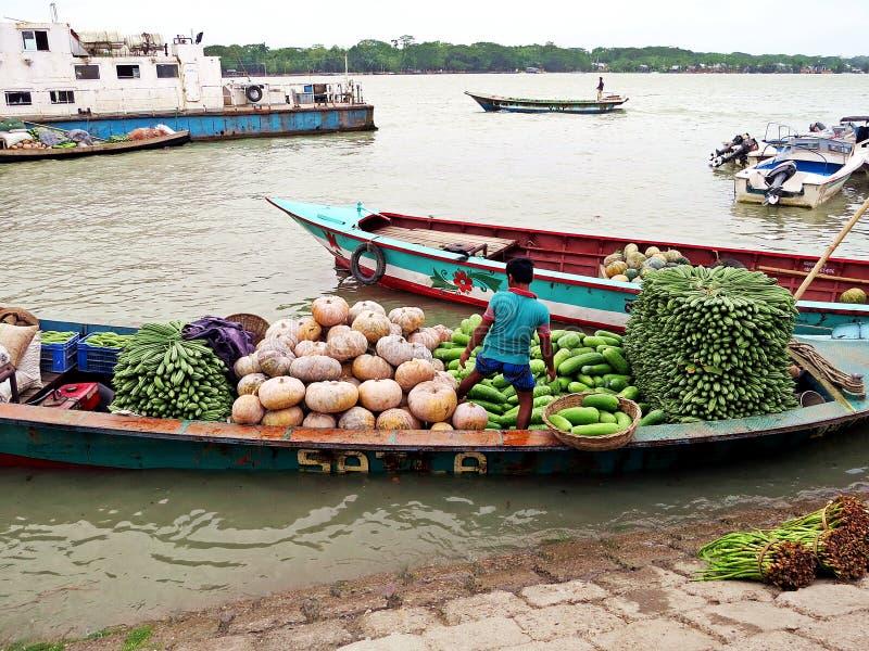 Vendedor vegetal de flutuação, Bangladesh foto de stock