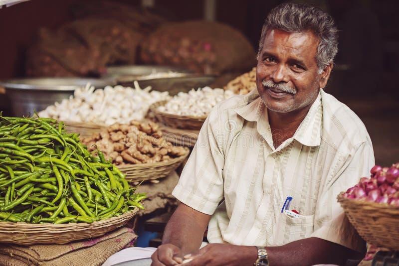 Vendedor vegetal en el mercado público de la ciudad imagen de archivo libre de regalías