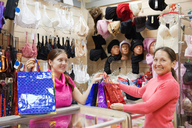 Vendedor Y Comprador Con Las Compras En El Contador Fotos de archivo