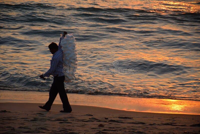 Vendedora de calicut kozhikode em ondas de reflexão solar na praia marinha fotografia de stock royalty free