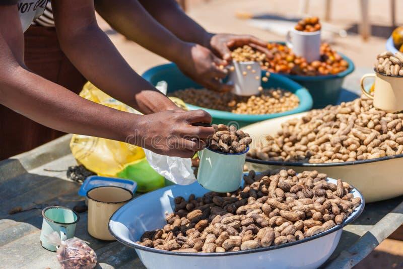 Vendedores ambulantes africanos que venden la comida tradicional foto de archivo libre de regalías