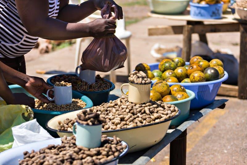 Vendedores ambulantes africanos que venden la comida tradicional foto de archivo