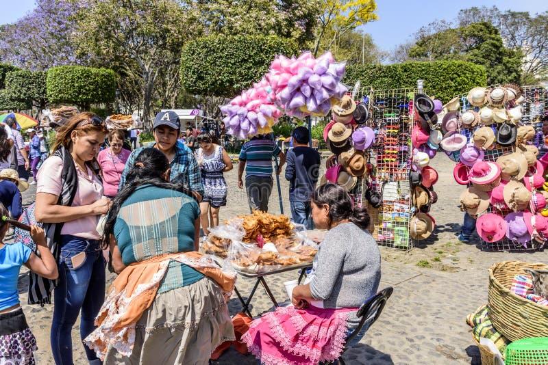 Vendedores ambulantes de Domingo de Ramos por Central Park, Antigua, Guatemala imagenes de archivo