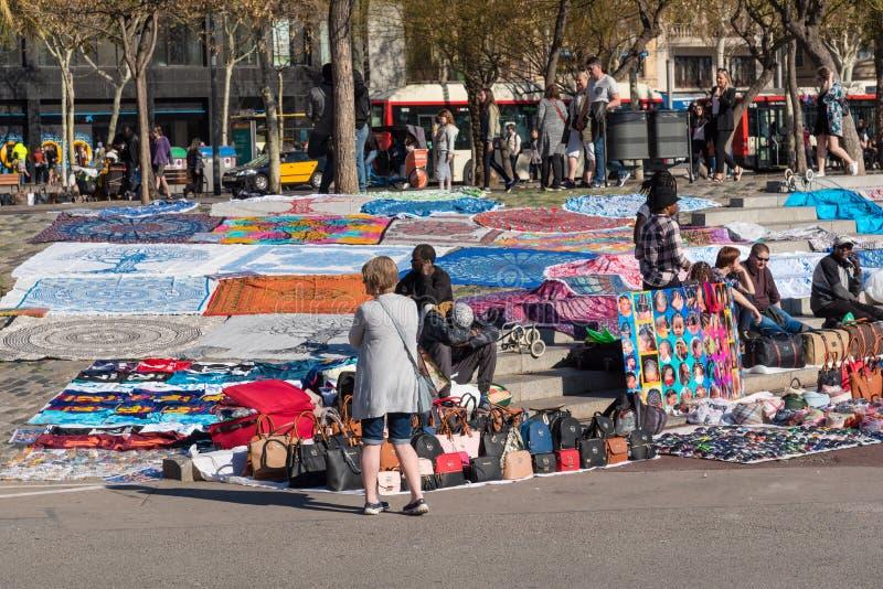 Vendedores ambulantes em Barcelona, Espanha fotografia de stock