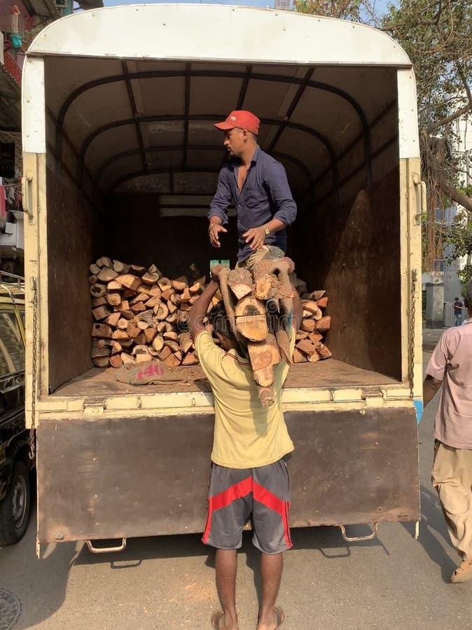 Vendedores ambulantes, ganhando uma vida em mumbai, vendedor de madeira desbastado imagem de stock