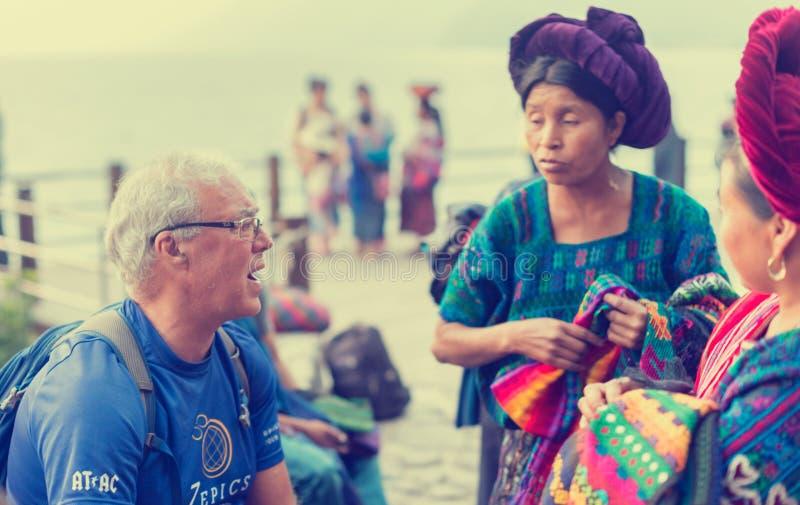 Vendedores ambulantes na cidade ocupada do turista de Panajachel, Guatemala fotos de stock
