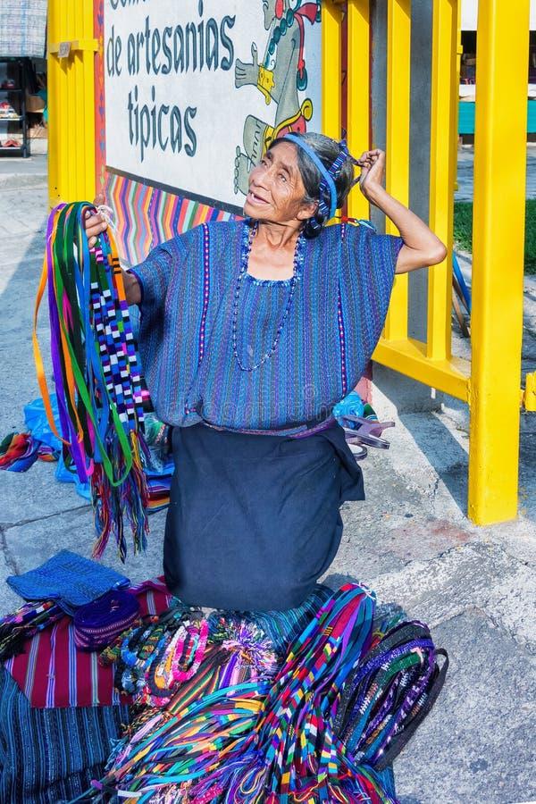 Vendedores ambulantes na cidade ocupada do turista de Panajachel, Guatemala imagens de stock