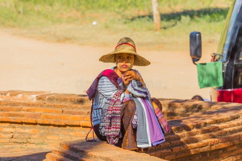 Vendedores ambulantes no pagode de Dhammayazika, em Bagan, Myanmar foto de stock royalty free