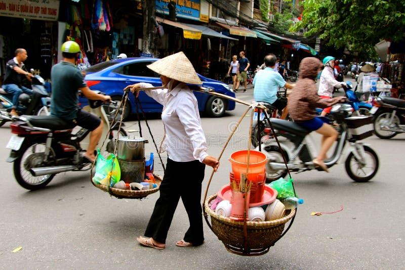 Vendedores ambulantes vietnamianos Hanoi das mulheres imagem de stock royalty free