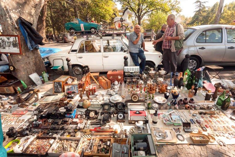 Vendedores da feira da ladra que trocam com o material do vintage, as lembranças raras, os brinquedos e os bens retros imagem de stock royalty free