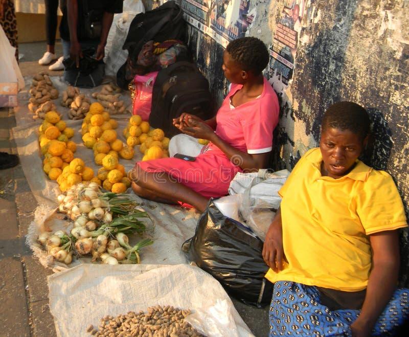 Vendedores das frutas e legumes da borda da estrada em Harare imagens de stock