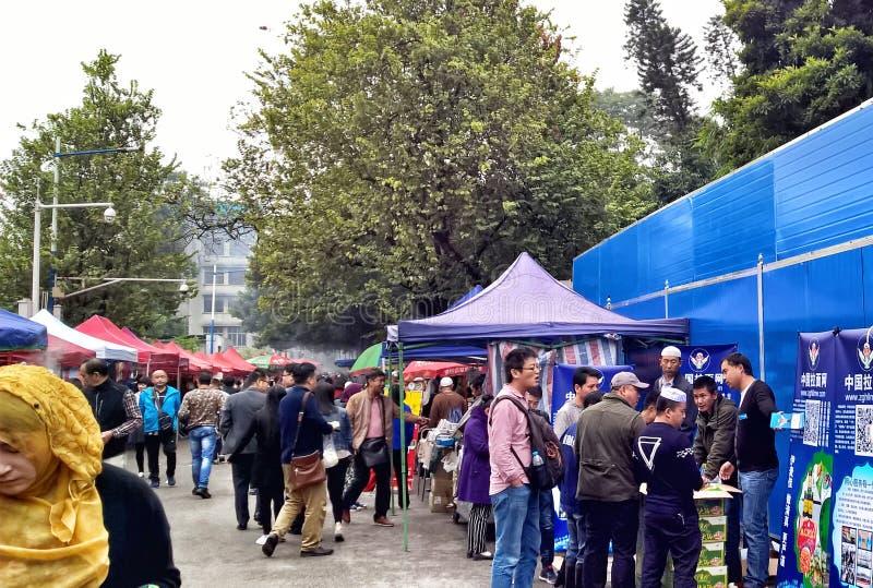Vendedores de comida callejera en la Mezquita Huaisheng, también conocida como la Mezquita del Faro y la Gran Mezquita del Cantón fotografía de archivo libre de regalías