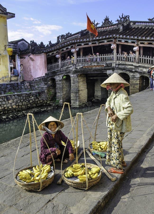 Vendedores de la fruta en el hoi en Vietnam fotos de archivo libres de regalías