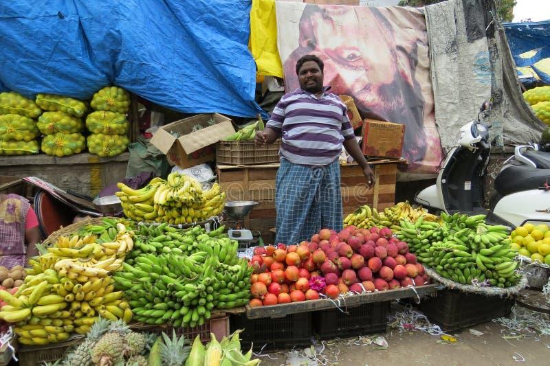 Vendedores de la fruta en el mercado del KR, Bangalore imagenes de archivo