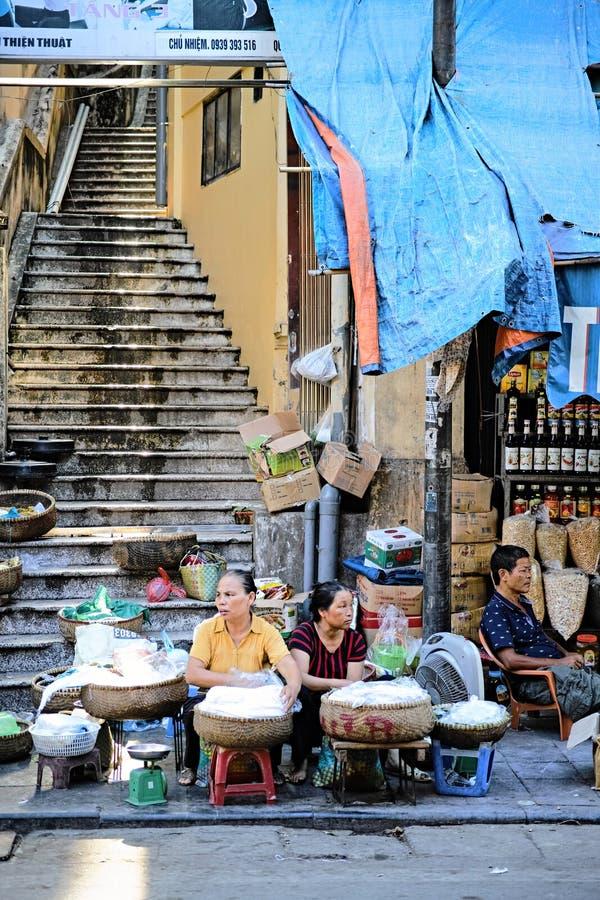 Vendedores de los tallarines de arroz en el viejo cuarto en Hanoi fotografía de archivo libre de regalías