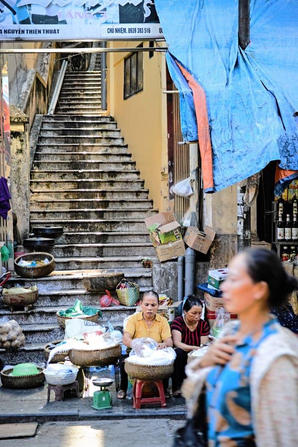 Vendedores de los tallarines de arroz en el viejo cuarto en Hanoi imagenes de archivo