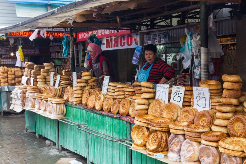Vendedores del pan en el bazar de Osh imagen de archivo libre de regalías